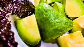 Abacate descascado e cortado Fotografia de Stock Royalty Free