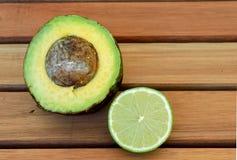 Abacate e limão na tabela Fotos de Stock Royalty Free
