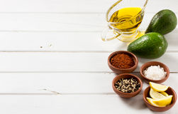 Abacate e outros ingredientes para o guacamole do molho na tabela Foto de Stock Royalty Free