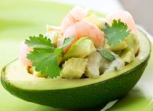 Abacate e salada dos camarões imagem de stock royalty free
