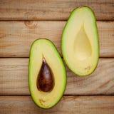 Abacate fresco no fundo de madeira Alimento saudável do abacate orgânico Fotos de Stock Royalty Free