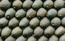 Abacate isolado fundo do verde do grupo no mercado; opinião superior do fruto saudável fresco do vegetariano; alimento tropical d fotos de stock