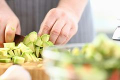 Abacate profissional de Hands Chopping Exotic do cozinheiro chefe imagem de stock royalty free
