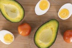 Abacate, tomate e ovos na placa de madeira Bandeira natural do alimento Vegetais e ovos orgânicos Fotos de Stock
