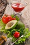 Abacate, tomates, alface, brócolis na placa de madeira Imagens de Stock