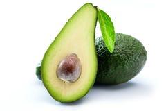 Abacates verdes crus orgânicos cortados ao meio fotografia de stock