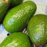 Abacates verdes em sua caixa de empacotamento fotos de stock royalty free