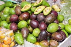 Abacates verdes na cesta Foto de Stock Royalty Free