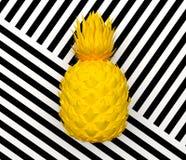Abacaxi abstrato amarelo sozinho isolado em um fundo com uma listra preto e branco Fruto exótico tropical rendição 3d ilustração do vetor