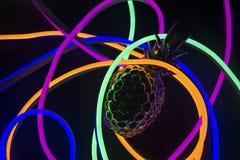 Abacaxi coberto nas luzes de néon foto de stock royalty free
