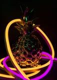 Abacaxi coberto nas luzes de néon imagem de stock