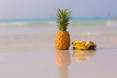 Abacaxi e bananas na praia fotografia de stock
