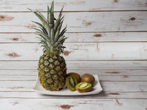 Abacaxi e Kiwi Fruit imagens de stock royalty free