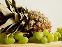 Abacaxi e uvas Imagens de Stock Royalty Free