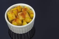 Abacaxi em uma bacia com malagueta picante imagem de stock royalty free