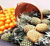 Abacaxi indicado com as laranjas no mercado fotografia de stock