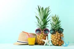 Abacaxi maduro com óculos de sol Fotografia de Stock Royalty Free