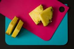 Abacaxi maduro e amarelo cortado na placa de corte Fotos de Stock Royalty Free