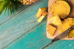 Abacaxi no fundo de madeira da textura Foto de Stock