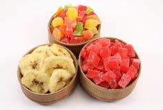Abacaxi secado (frutos cristalizados) e bananas secadas em uma circular Fotos de Stock