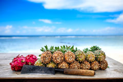 Abacaxis e fruto do dragão com machete fotografia de stock