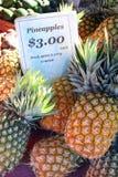 Abacaxis nos mercados fotografia de stock