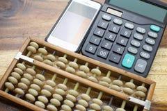 Abaco, calcolatore con il fondo di legno della tavola immagine stock