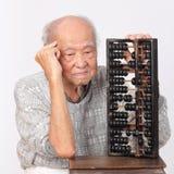 Abaco cinese di uso dell'uomo anziano Fotografia Stock Libera da Diritti