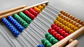 Abaco di prospettiva per il conteggio della pratica, perle state allineate diagonalmente immagini stock
