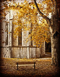 Abadía antigua con las hojas otoñales Foto de archivo