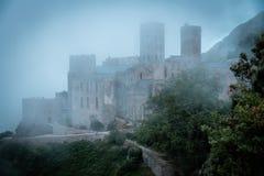Abadía antigua en niebla Imagenes de archivo