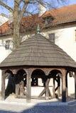 Abadía benedictina en Tyniec cerca de Kraków, bien en el patio, Polonia Imagen de archivo libre de regalías