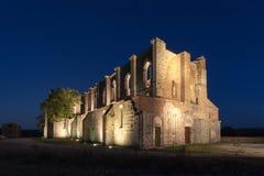 Abadía cisterciense destechada de San Galgano en Toscana en la puesta del sol Imagen de archivo libre de regalías