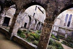 Abadía, claustro y jardín del santo-Magloire en Lehon Foto de archivo