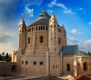 Abadía de Dormition en el fondo del cielo azul Fotos de archivo