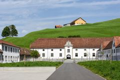 Abadía de Einsiedeln delante de tierras de labrantío Fotografía de archivo