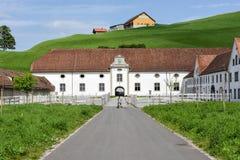 Abadía de Einsiedeln delante de tierras de labrantío en Suiza Imágenes de archivo libres de regalías