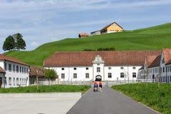 Abadía de Einsiedeln delante de tierras de labrantío en Suiza Foto de archivo libre de regalías
