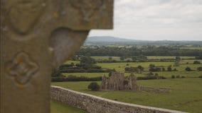 Abadía de Hore vista de una cruz de la roca del cementerio de Cashel almacen de metraje de vídeo
