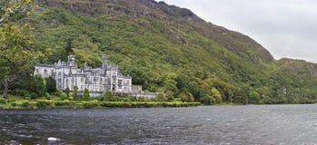 Abadía de Kylemore en montañas en el lago Fotos de archivo libres de regalías