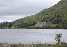 Abadía de Kylemore en montañas en el lago Imagen de archivo