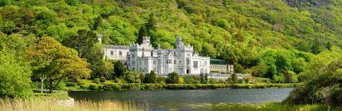 Abadía de Kylemore, un monasterio benedictino fundado sobre la base del castillo de Kylemore, en Connemara, Irlanda Imágenes de archivo libres de regalías