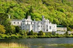 Abadía de Kylemore, un monasterio benedictino fundado sobre la base del castillo de Kylemore, en Connemara, Irlanda Fotografía de archivo