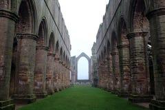 Abadía de las fuentes. Arcos y cámaras acorazadas en la niebla. Foto de archivo libre de regalías