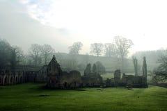 Abadía de las fuentes. Mañana de niebla en enero. Foto de archivo