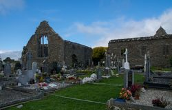 Abadía de Lislaughtin con el cielo nublado azul Imágenes de archivo libres de regalías