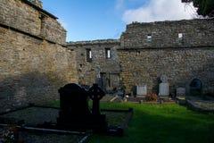 Abadía de Lislaughtin con el cielo nublado azul Imagen de archivo