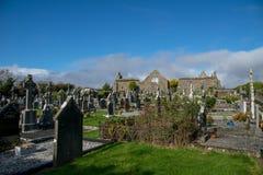 Abadía de Lislaughtin con el cielo nublado azul Foto de archivo libre de regalías