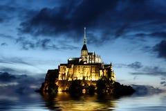 Abadía de Mont Saint Michel en la noche Imagen de archivo libre de regalías