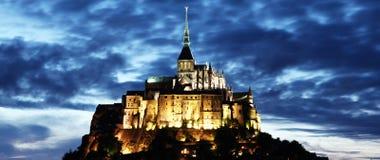 Abadía de Mont Saint Michel en la noche Foto de archivo libre de regalías